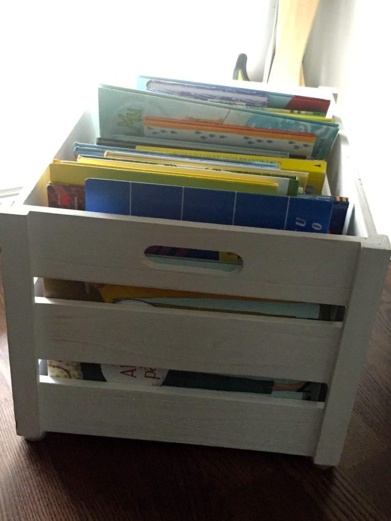 I ett rum med mycket snedtak finns det inte plats för en bokhylla. En boklåda passar perfekt.
